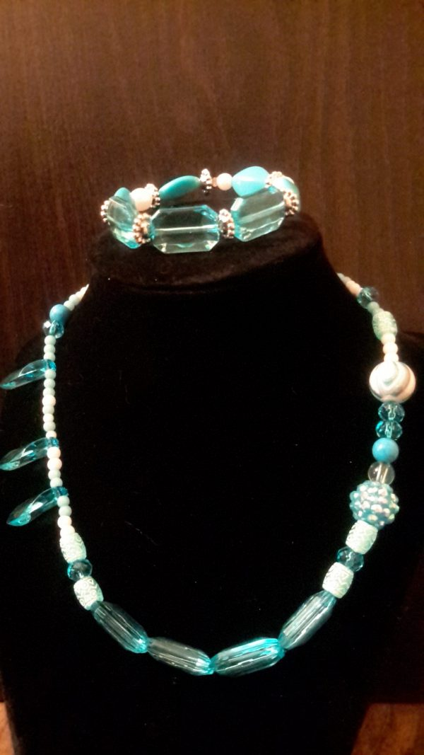 TurQuoise And White Bead Necklace Set